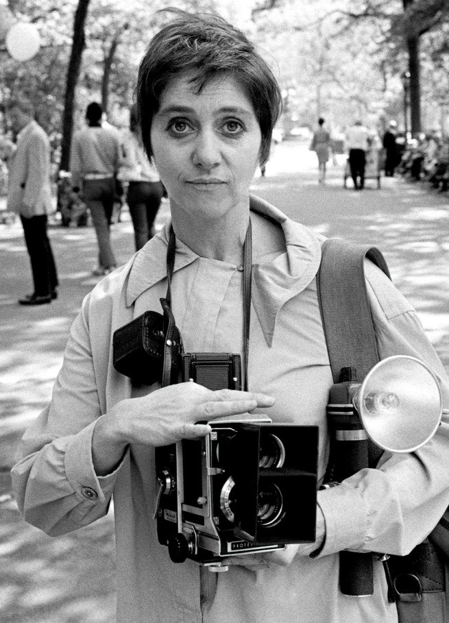 diane-arbus-in-central-park-with-her-mamiya-camera-in-1967-web.jpg